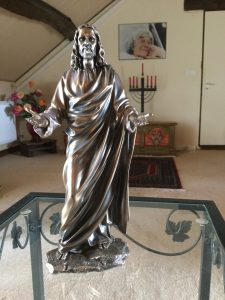 Statue du Christ, chandelier sous photo de Gitta Mallasz